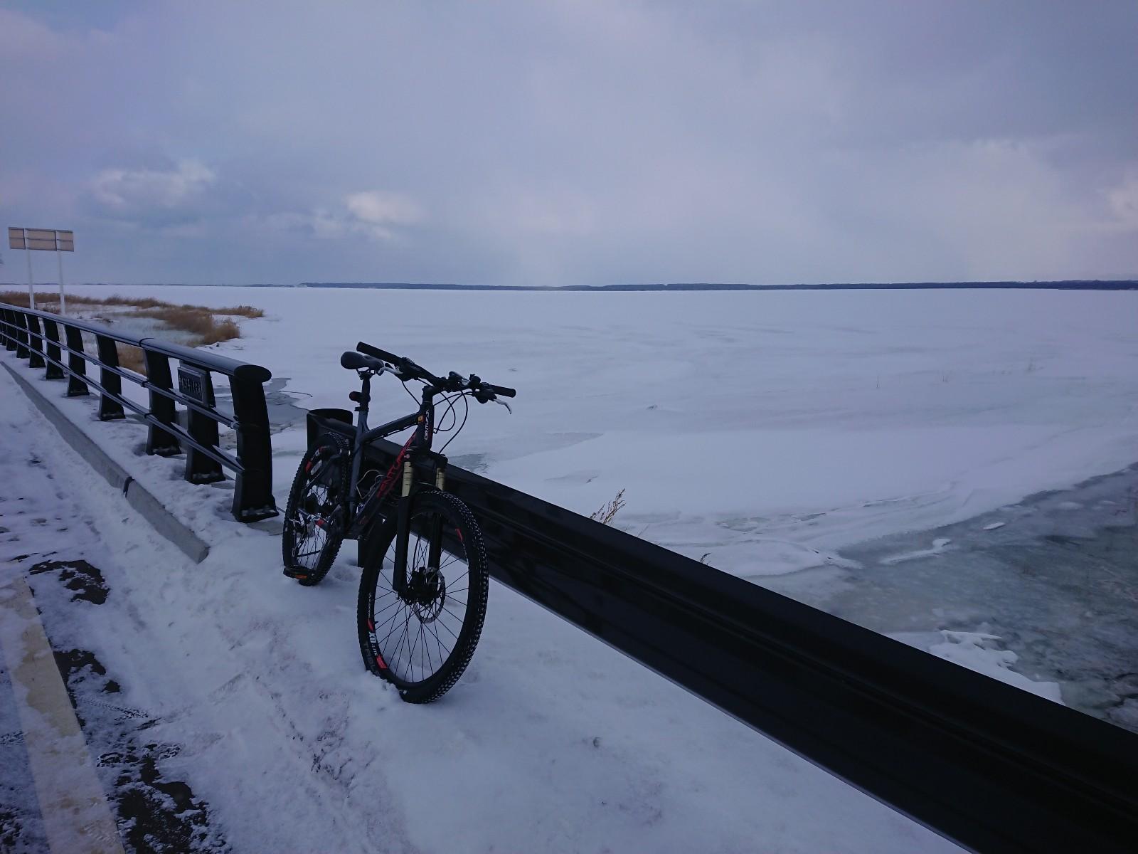 雪が氷の上に